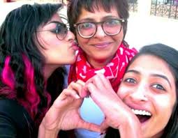 VJ Bani with her mother & sister