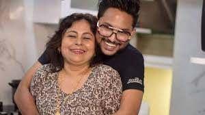 Jaan Kumar Sanu with his mother