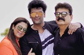 Kushal Tandon with his parents