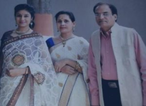 Paridhi Sharma with her parents