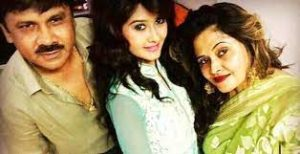 Kanchi Singh with her parents